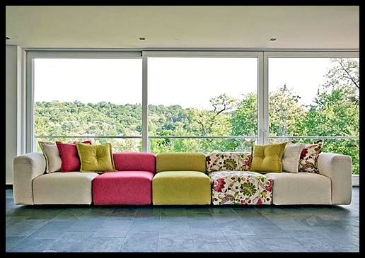 Renkli çiçekli kanepe